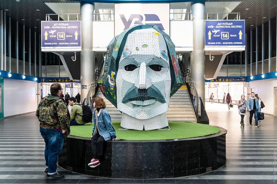 На столичном вокзале установили голову Гоголя. Фото