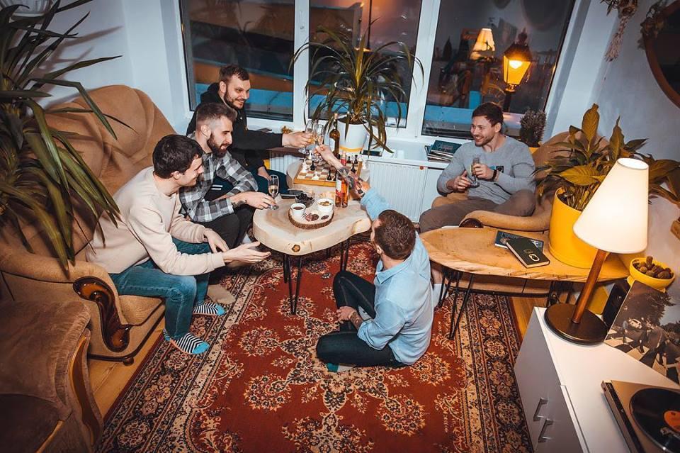 Кофе, диван, вино, торшер, винил: в Киеве открылась новая кофейня