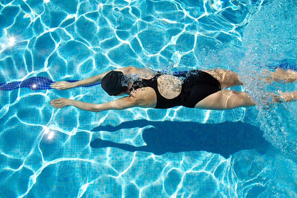 В Барселоне разрешили женщинам плавать топлесс в бассейнах