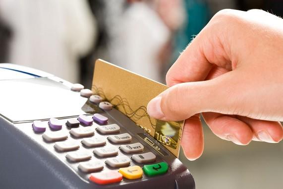 ПриватБанк рассказал, на что тратят свои доходы украинцы: статистика