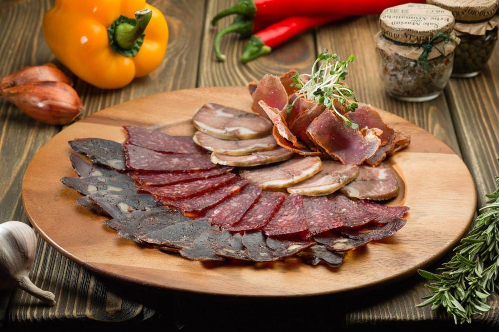 Фирменная тарелка мясных деликатесов ESHAK