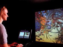 """Spacequatica, состоящая из электронных барабанов и экрана, вызывает бурю веселья. Стуча палочками """"ансамбль"""" из двух зрителей-участников заставляет подавать голос анимированных морских существ. Инсталляция создана группой из Великобритании План Санчо"""