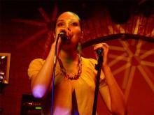 Вокалистка проекта «Zymosis feat. Hvoya» Ирина Кустовская, исполняющая восточные напевы