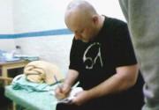 Бой Джордж раздает автографы сокамерникам