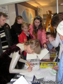Катя Chilly раздает автографы