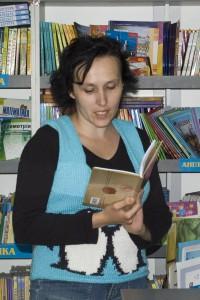 """Ганна Осадко презентує збірку """"Та, що перевертає пінгвінів"""" у Тернопільському магазині """"Дім книги"""". Фото Р.Крамара"""