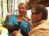 Анна Семенович испугалась курицы. Фото