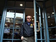 Сотрудник Управления по борьбе с наркотиками США на выходе из аптеки, в которой покупали лекарства для Майкла Джексона