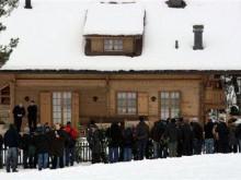 Журналисты у виллы Полански в Швейцарии. Фото ©AFP