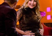 Кейт Хадсон продемонстрировала округлившийся животик на шоу Грэма Нортона. Фото