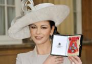 Кетрин Зета-Джонс вручили Орден британской империи. Фото