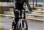 Мадонна добирается до студии звукозаписи Abbey Road... на велосипеде