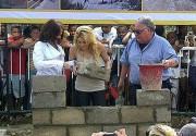 Шакира заложила первый кирпич школы для бедных детей. Фото