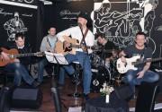 Алексей Мочанов отыграл акустическую программу в арт-ресторане «Шляпа»