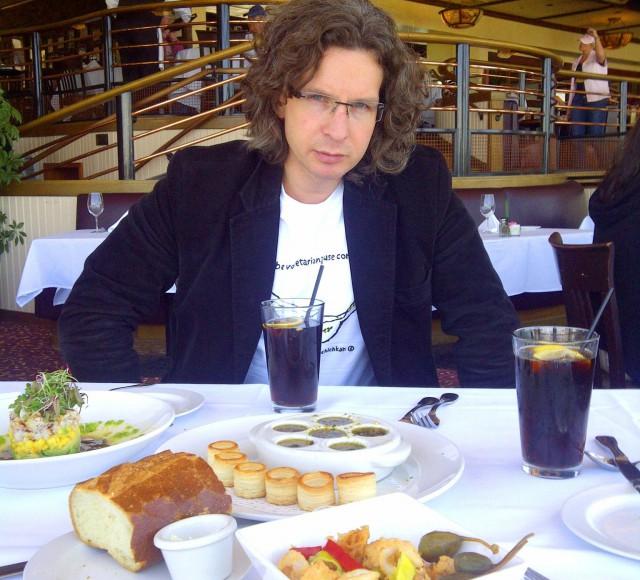 """Про любимые яства Евгений говорит: """"Сложно назвать одно блюдо. В Майами Блюз – это одно, в Ле Гранд Кафе – другое, а в Сейфе – третье"""""""