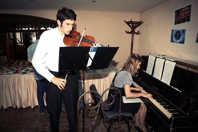 Скрипка и клавиши создавали настроение
