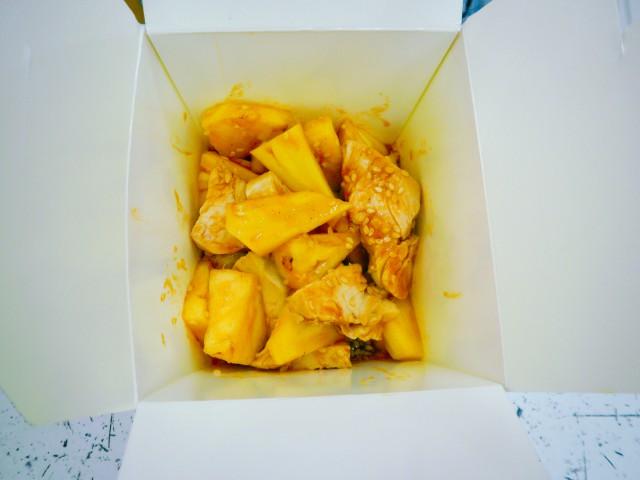 Салат с курицей и ананасами