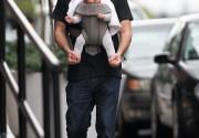 Дэвид Швиммер гуляет с дочкой