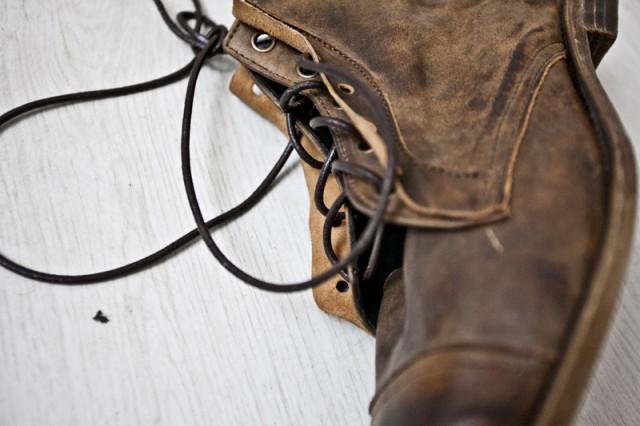 Обувь by Kofta на данный момент стоит от 200$, кошельки порядка 100$, клатчи 150$ сумки больших размеров от 200$ и больше. Но! Как заверяет сам Костя, эти цены являются стартовыми для лейбла - то есть они будут только рости.