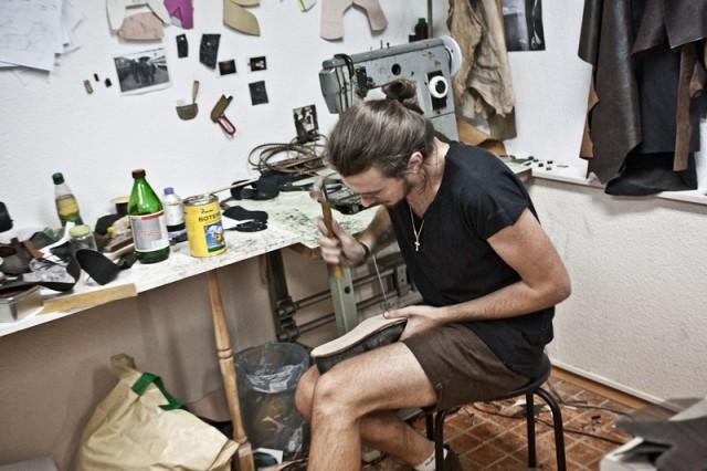 Мастерская по изготовлению обуви и все остального нахотится тут же, в шоуруме. Когда хватает времени, Костя также присоединятся к производству.