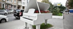 На улице Богдана Хмельницкого установили белый рояль