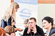 Лариса Денисенко (справа). Возле нее журналистка Gloss.ua Алена Качкан разговаривает с Андреем Кокотюхой