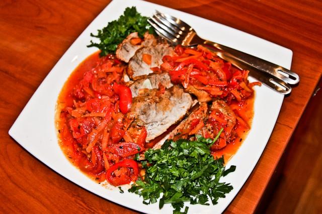 Свинина жаренная крупным куском в овощном соусе