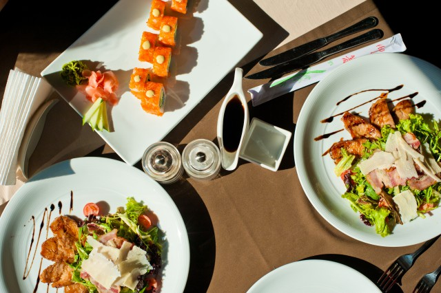 салат, стейк и роллы