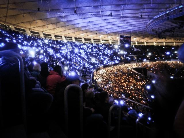 Разноцветные фонарики у зрителей