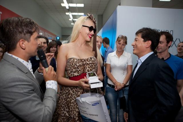 Ольга Полякова делится впечатлениями о покупке с президентом компании «Samsung Electronics Украина» Юнгчул Парком