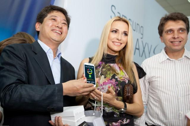 На фото слева на право: президент компании «Samsung Electronics Украина» Юнгчул Парк, актриса Ольга Сумская и Валерий Маковецкий, председатель наблюдательного совета компании «Фокстрот. Техника для дома»