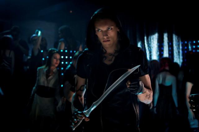 Главную мужскую роль в фильме сыграл Джейми Кэмпбелл-Бауэр: осиротевшего, самого сильного и свирепого Сумеречного Охотника в мире – Джейса Вэйланда.