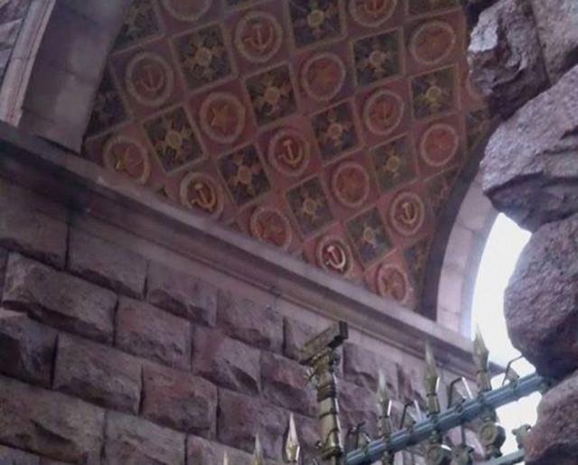 Строители снимают звезды, серп и молот со здания