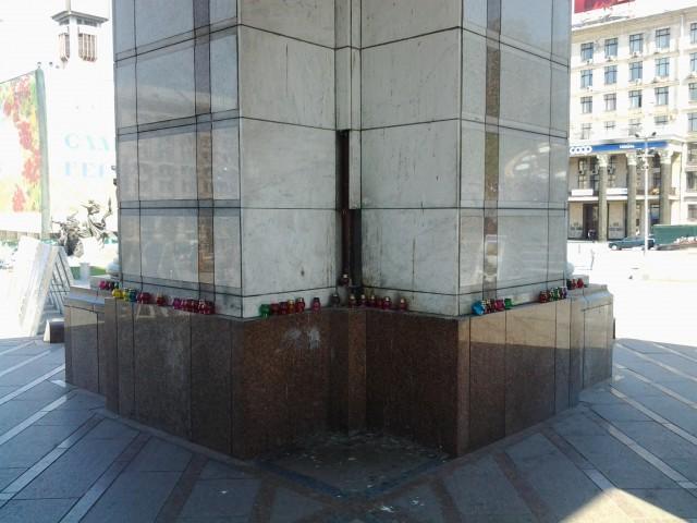 с проржавевшего памятника падают мраморные плиты