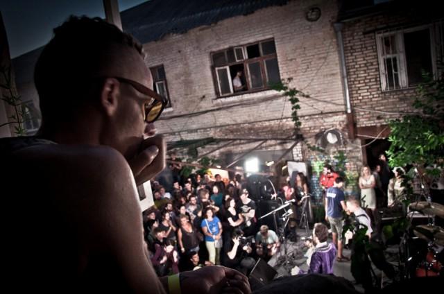 Bring&Buy маркет в арт-дворике на Ильинской 16 мая. Фото showbiza.com