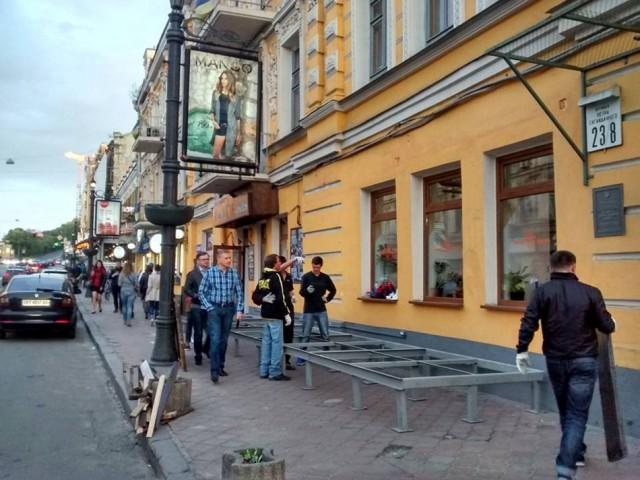 Установка еще одной металлической конструкции на Сагайдачного возмутила киевлян. Фото Антон Сердечнова