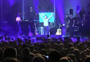Вакарчук развернул крымскотатарский флаг на концерте в Киеве