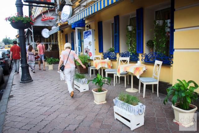 Новый тренд летних площадок — без громоздких конструкций, только столики и стулья