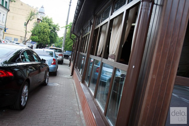 """Классическая ситуация на улицах Киева: капитальная """"сезонная"""" площадка и неправильно припаркованные автомобили"""