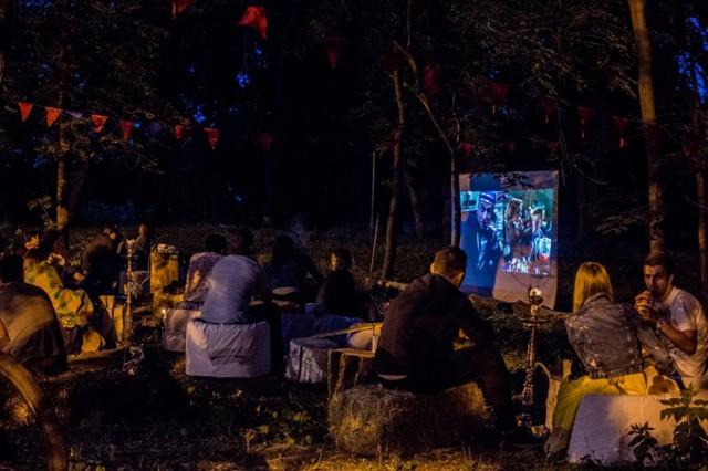 """В парке Пушкина можно еще и подкрепиться и покурить кальян. Фото """"Белые качели"""""""