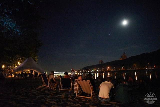 На берегу Днепра романтика и ночное небо идут бонусом к сеансам. Фото ЮБК