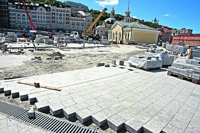 Работы продолжат. Под землей будут вести раскопки и строить ТЦ. Фото: А. Бойко