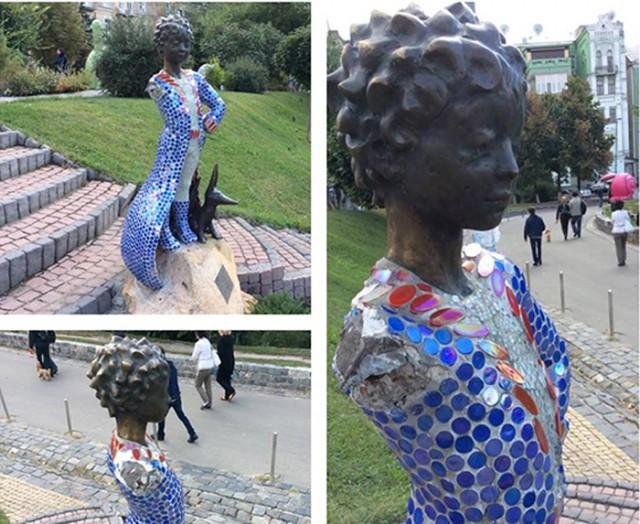 Вандалы портят скульптуру уже не в первый раз