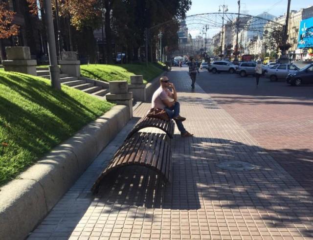 Скамейки предлагают оставить на тротуаре или поднять на бордюр