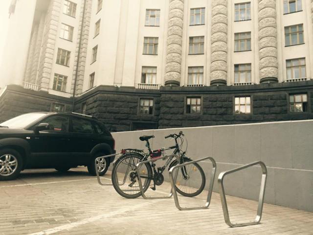 Под Кабмином уже припарковали первый велосипед