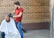 Это очень круто! Один из самых известных киевских барберов бесплатно стрижет и бреет бомжей