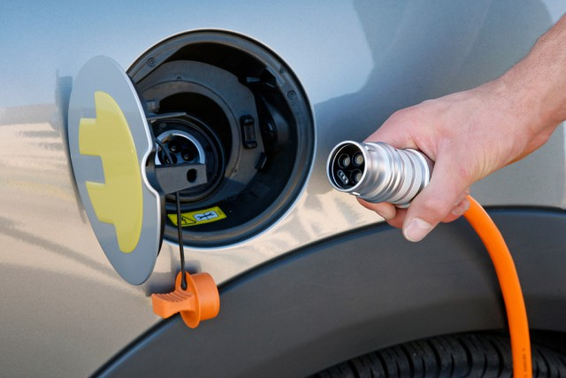 Зарядка является универсальной для электромобилей всех марок