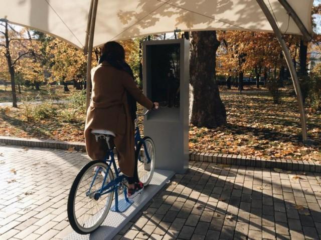 С помощью таких велосипедов киевляне смогут посмотреть видео о создании муралов и истории парка
