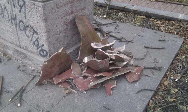 От монумента остались лишь осколки