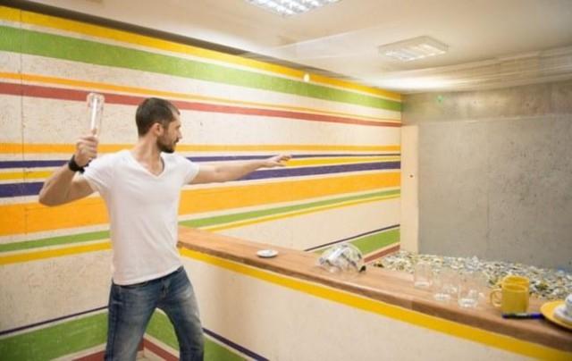 В Киеве открыли необычное развлечение — антистрессовый кабинет, где можно побить посуду